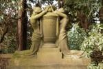 Zwei Trauernde mit Urne