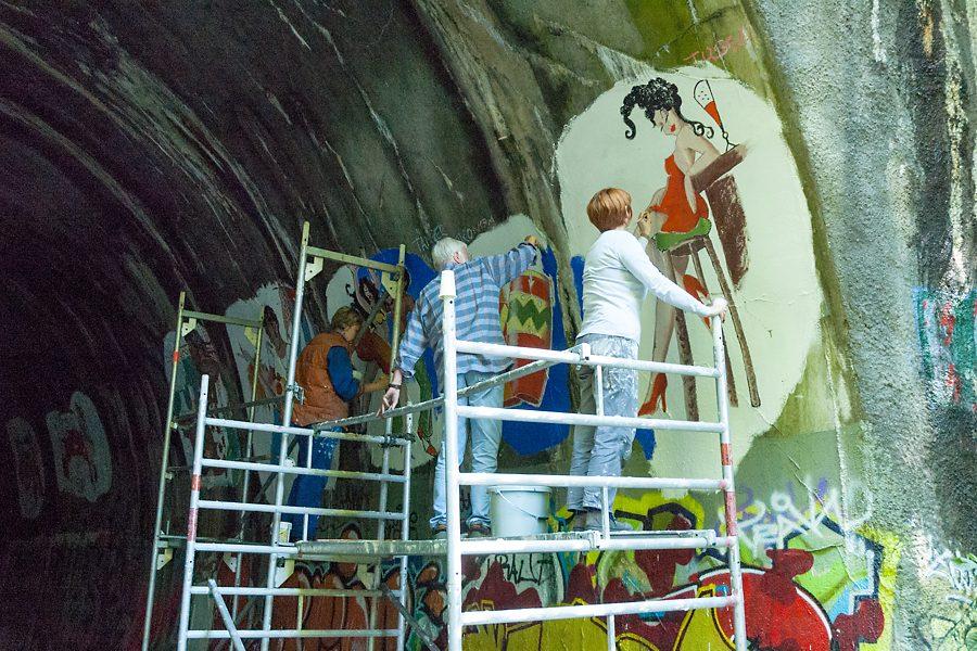 Tanztunnel: Gruppe arbeitet an Tunnelwand