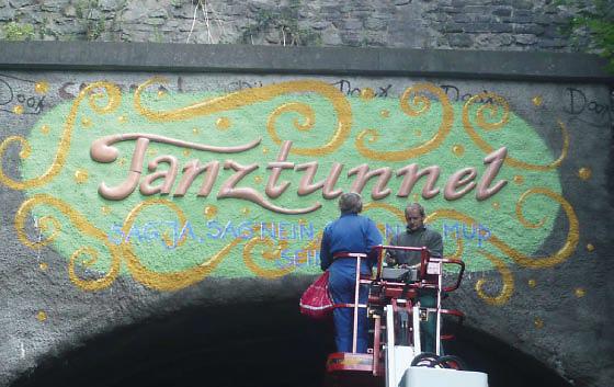 Tanztunnel: Montage vom Schriftzug