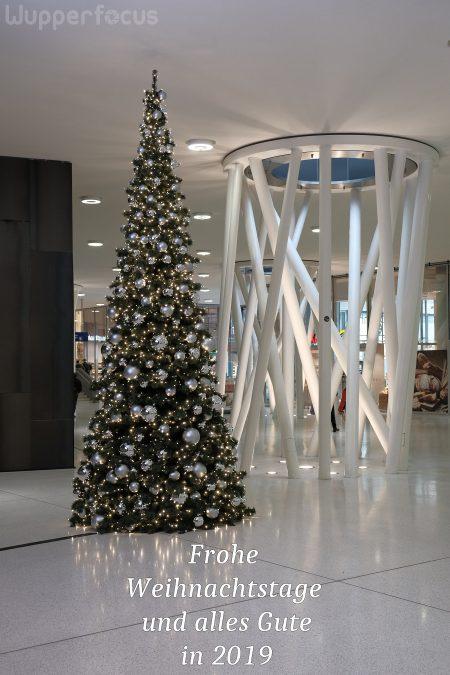 Weihnachtsbaum in der Bahnhofshalle vom Hauptbahnhof Wuppertal